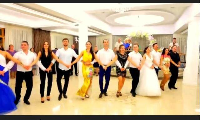Moldovenii Impreuna Cu Mireasa Danseaza La O Nunta Pe Muzica